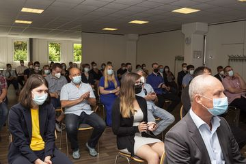 Ein Blick auf die sitzenden Teilnehmer:innen der Zeugnisausgabe. Alle tragen einen Mund-Nasen-Schutz.
