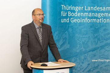 Präsident des TLBG, Uwe Köhler richtet ein Grußwort an die Teilnehmer:innen