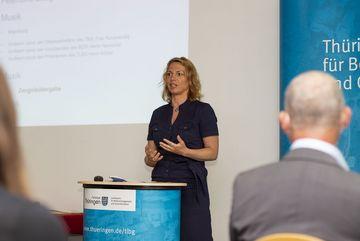 Staatssekretärin Susanna Karawanskij richtet ein Grußwort an die Teilnehmer:innen