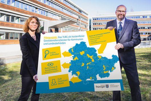 Präsident Uwe Köhler und Staatssekretärin Susanna Karawanskij (TMIL) präsentieren ein Plakat zum Thema