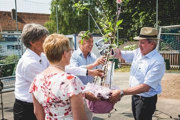 Vorsitzender der TG Herr Menge erhält als Geschenk einen Obstbaum