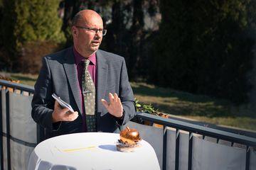 Präsident Uwe Köhler (TLBG) mit der neuen Karte