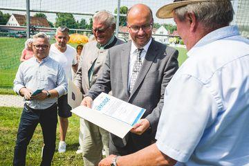 Übergabe einer Ehrenurkunde durch Präsident Uwe Köhler an Hans-Martin Menge