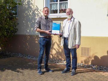 Herr Peter und Herr Cöster vor einem Haus