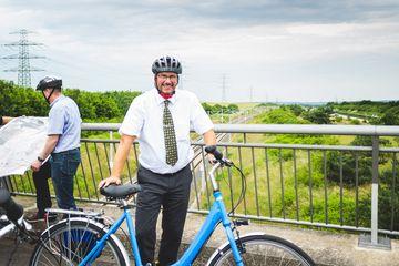 Präsident Uwe Köhler auf der Brücke über ICE-Trasse und A71