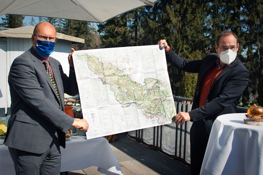 "Präsident Uwe Köhler (TLBG) und Tilo Kummer (Vorsitzender des Verbandes ""Naturpark Thüringer Wald"" e.V.) präsentieren die neue Karte"