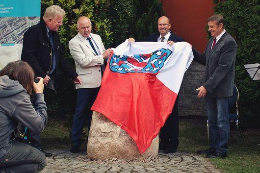 Gerald Schneider, Ulrich Kühn, Uwe Köhler und Helmut Rinke bei der Enthüllung des Gedenksteins