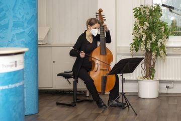 Susanne Herre spielt sitzend auf ihrer Gambe.