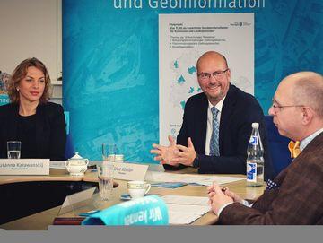 Infrastrukturstaatssekretärin Susanna Karawanskij, Präsident Uwe Köhler und Ulrich Georgi von der VG Gramme-Vippach bei der Pressekonferenz im TLBG (v. l. n. r.)