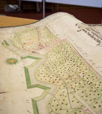 Historische Liegenschaftskarte von Gotha – im Hintergrund die Plakate der Ausstellung
