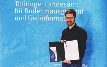 Friedrich Brandt zeigt die Urkunde des Preises